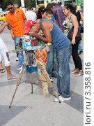 Купить «Гавана, уличный фотограф с допотопным фотоаппаратом на треноге», фото № 3358816, снято 17 декабря 2011 г. (c) Сергей Дубров / Фотобанк Лори