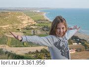 Девочка 10 лет на фоне моря и берега, Кипр (2012 год). Редакционное фото, фотограф Павел Михеев / Фотобанк Лори