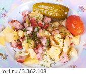 Купить «Жаренные картофель с мясом и маринованными овощами», фото № 3362108, снято 28 октября 2011 г. (c) Ivan Korolev / Фотобанк Лори