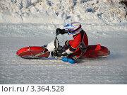 Купить «Мотогонки на льду, водитель мотоцикла с шипами поворачивает с большим наклоном на одно колено на ледовом треке», фото № 3364528, снято 27 января 2012 г. (c) Валерий Краснов / Фотобанк Лори