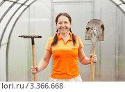 Купить «Женщина-садовод с лопатой и граблями в теплице», фото № 3366668, снято 8 мая 2011 г. (c) Яков Филимонов / Фотобанк Лори