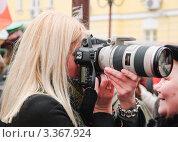 Купить «Фотограф на Арбате в День святого Патрика. 2012 год», эксклюзивное фото № 3367924, снято 17 марта 2012 г. (c) Алёшина Оксана / Фотобанк Лори
