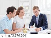 Купить «Риелтор консультирует молодую семейную пару», фото № 3376204, снято 6 октября 2011 г. (c) Raev Denis / Фотобанк Лори