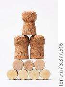 Купить «Пирамида из бутылочных пробок», фото № 3377516, снято 11 марта 2012 г. (c) Михайлов Виталий / Фотобанк Лори