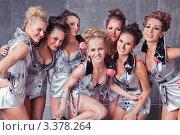 Семь красивых девушек танцовщицы го-го в серебряных костюмах улыбаются. Стоковое фото, фотограф Симон Герреро Ушаков / Фотобанк Лори