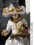 Купить «Женщина в карнавальном костюме, Венеция», фото № 3381088, снято 12 февраля 2012 г. (c) Татьяна Лата / Фотобанк Лори