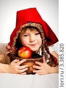 Девочка с корзиной красных яблок в костюме красной шапочки. Стоковое фото, фотограф Юлия Гусакова / Фотобанк Лори