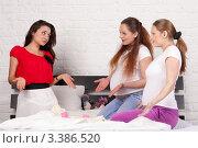 Купить «Три подруги сидят на кровати дома. Беременность.», фото № 3386520, снято 3 февраля 2012 г. (c) Мельников Дмитрий / Фотобанк Лори