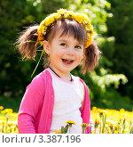 Девочка в венке из одуванчиков. Стоковое фото, фотограф Юлия Гусакова / Фотобанк Лори