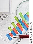 Лупа, шариковая ручка и бумаги для записей на диаграмме. Стоковое фото, фотограф Олег Жуков / Фотобанк Лори