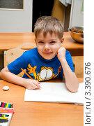 Купить «Ребенок рисует в детском саду», эксклюзивное фото № 3390676, снято 8 декабря 2009 г. (c) Куликова Вероника / Фотобанк Лори