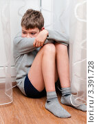 Купить «Расстроенный мальчик сидит на полу в углу», эксклюзивное фото № 3391728, снято 23 марта 2012 г. (c) Игорь Низов / Фотобанк Лори