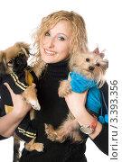 Купить «Молодая блондинка держит на руках двух собачек», фото № 3393356, снято 7 июля 2020 г. (c) Сергей Сухоруков / Фотобанк Лори