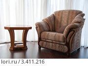 Журнальный столик и кресло в эркере. Стоковое фото, фотограф Артеменко Арина / Фотобанк Лори