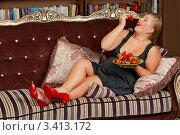 Купить «Толстушка с клубникой», фото № 3413172, снято 3 марта 2012 г. (c) Лукаш Дмитрий / Фотобанк Лори