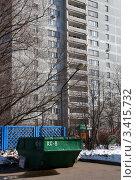 Купить «Контейнер для мусора во дворе жилого дома», эксклюзивное фото № 3415732, снято 6 апреля 2012 г. (c) Щеголева Ольга / Фотобанк Лори