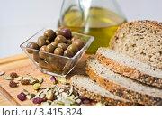 Купить «Оливки,хлеб,семечки и оливковое масло», фото № 3415824, снято 21 января 2012 г. (c) valentina vasilieva / Фотобанк Лори