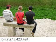 Люди сидят на скамейке на берегу водоема. Стоковое фото, фотограф Кудрявцева Светлана / Фотобанк Лори