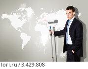 Купить «Бизнесмен в валиком стоит около стены с картой мира», фото № 3429808, снято 19 июля 2019 г. (c) Sergey Nivens / Фотобанк Лори
