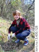 Купить «Взрослая женщина сажает смородину на даче», эксклюзивное фото № 3430128, снято 1 апреля 2012 г. (c) Анна Мартынова / Фотобанк Лори