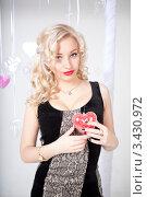 Купить «Портрет красивой девушки с сердечком», фото № 3430972, снято 11 февраля 2012 г. (c) Литвяк Игорь / Фотобанк Лори