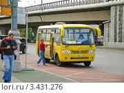 Купить «Маршрутный автобус Хайгер HIGER на остановке», эксклюзивное фото № 3431276, снято 21 августа 2010 г. (c) Алёшина Оксана / Фотобанк Лори