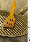 Купить «Деревянная лопатка на сковороде-гриль», эксклюзивное фото № 3431316, снято 12 апреля 2012 г. (c) Дмитрий Бабанов / Фотобанк Лори
