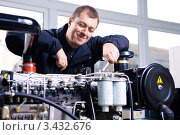 Купить «Улыбающийся механик за работой», фото № 3432676, снято 28 февраля 2008 г. (c) Эдуард Стельмах / Фотобанк Лори