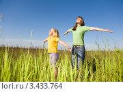 Купить «Радостные мама и дочка делают зарядку на лугу», фото № 3433764, снято 9 июня 2008 г. (c) Эдуард Стельмах / Фотобанк Лори