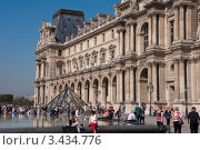 Купить «У Лувра, Париж», фото № 3434776, снято 29 сентября 2011 г. (c) katalinks / Фотобанк Лори
