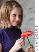 Купить «Красивая девочка подросток с красным цветком гербера», эксклюзивное фото № 3435048, снято 12 апреля 2012 г. (c) Игорь Низов / Фотобанк Лори