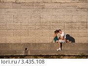 Купить «Влюблённая пара на набережной Сены в Париже», фото № 3435108, снято 16 июня 2019 г. (c) katalinks / Фотобанк Лори
