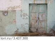 Купить «Старая обшарпанная дверь в стене», фото № 3437300, снято 12 апреля 2012 г. (c) Анатолий Гуреев / Фотобанк Лори
