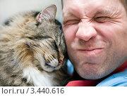 Мужчина и кот. Стоковое фото, фотограф Darkbird77 / Фотобанк Лори