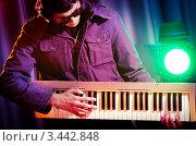 Купить «Парень в тёмных очках играет на синтезаторе», фото № 3442848, снято 11 февраля 2012 г. (c) Elnur / Фотобанк Лори