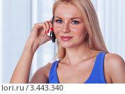 Красивая девушка говорит по мобильному телефону стоя у себя дома. Стоковое фото, фотограф Симон Герреро Ушаков / Фотобанк Лори