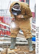Купить «Сварщик работает на стройке», фото № 3448252, снято 6 апреля 2012 г. (c) Дмитрий Калиновский / Фотобанк Лори