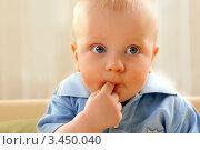 Чумазый мальчик облизывает палец. Стоковое фото, фотограф Емельянова Карина / Фотобанк Лори