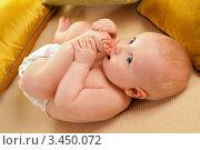 Малыш сосет палец на ноге. Стоковое фото, фотограф Емельянова Карина / Фотобанк Лори