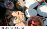 Купить «Пасха, освящение куличей», видеоролик № 3453772, снято 14 апреля 2012 г. (c) Mikhail Erguine / Фотобанк Лори