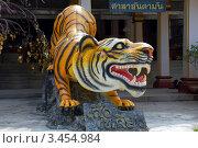 Купить «Скульптура тигра у входа в буддистский храм Тигриная Пещера (Tiger cave), Таиланд», фото № 3454984, снято 30 марта 2012 г. (c) Светлана Колобова / Фотобанк Лори