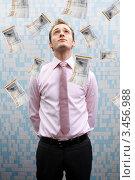 Купить «Деловой мужчина смотрит вверх на падающие банкноты», фото № 3456988, снято 12 марта 2010 г. (c) Lasse Kristensen / Фотобанк Лори