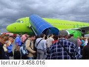 Пассажиры во время посадки в самолёт. Редакционное фото, фотограф Павел / Фотобанк Лори