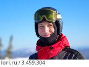 Портрет улыбающегося лыжника в шлеме. Стоковое фото, фотограф Владимир Логутенко / Фотобанк Лори