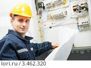 Купить «Электрик проверяет кабельную линию электропередачи», фото № 3462320, снято 15 марта 2012 г. (c) Дмитрий Калиновский / Фотобанк Лори