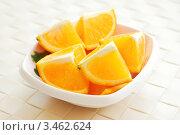 Кусочки апельсина в белой мисочке. Стоковое фото, фотограф human / Фотобанк Лори