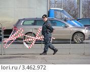 Купить «Женщина-полицейский на службе. Поклонная гора. Москва», эксклюзивное фото № 3462972, снято 21 апреля 2012 г. (c) lana1501 / Фотобанк Лори