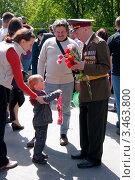 Ветеран и ребенок (2011 год). Редакционное фото, фотограф Станислав Малиновский / Фотобанк Лори