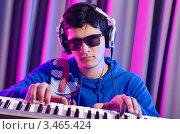 Купить «Диджей в очках и наушниках играет на синтезаторе», фото № 3465424, снято 11 февраля 2012 г. (c) Elnur / Фотобанк Лори