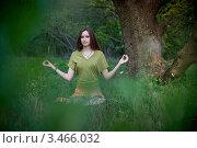 Девушка медитирует в лесу. Стоковое фото, фотограф Артеменко Арина / Фотобанк Лори